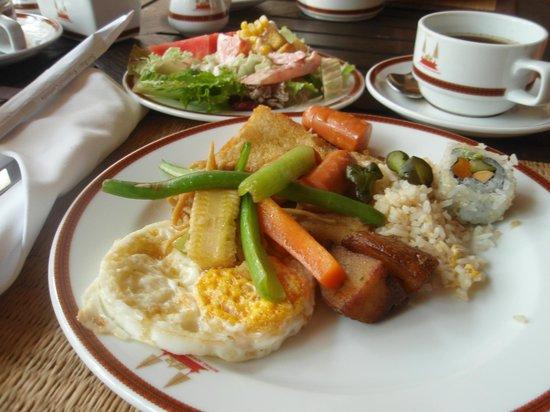 Royal Angkor Resort & Spa: 朝食です、ビュッフェタイプなのでサラダ大盛り!