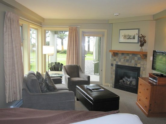 Pacific Sands Beach Resort: Livingroom which looks out onto the beach and ocean.