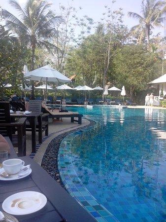 Peace Resort: petit dejeuner au bord de la piscine