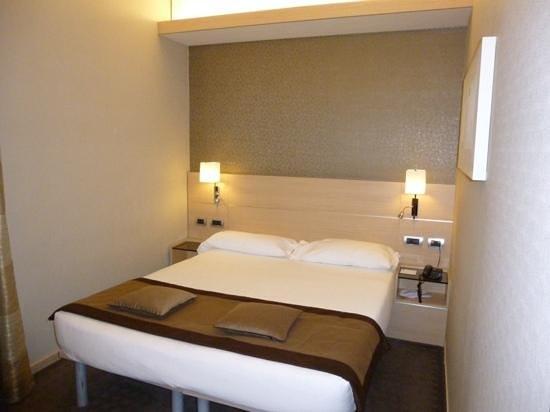 iQ Hotel Roma: cama super comoda.