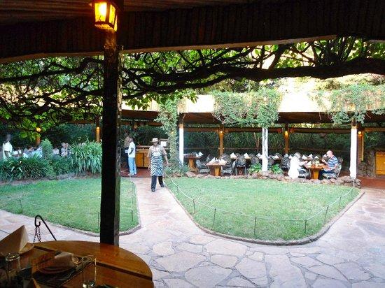 The Carnivore Restaurant : tavolini all'aperto