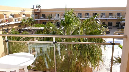 Hotel Cotillo Beach: View from room over the hotel enclosed area