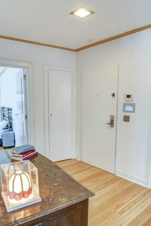 Palacio Camoes - Lisbon Serviced Apartments: Apartment entrance