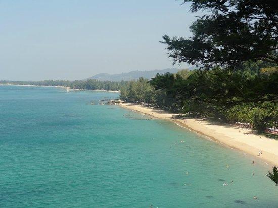 Moracea by Khao Lak Resort : La plage de l'hôtel...l'hôtel et transats se trouvent dans la verdure