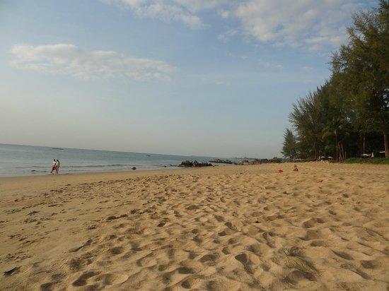 Moracea by Khao Lak Resort : Plage devant hôtel