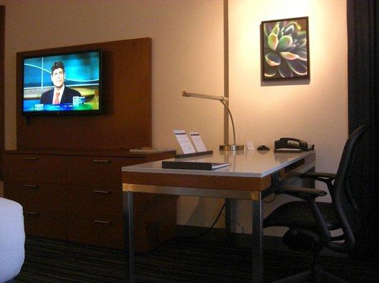 Hyatt Regency Vancouver: 客室の机