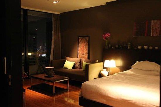 Fraser Suites Sukhumvit : Bedroom with stuff I buy at the flea market