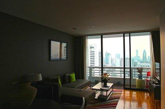 Fraser Suites Sukhumvit: TV ( flatscreen) and living room