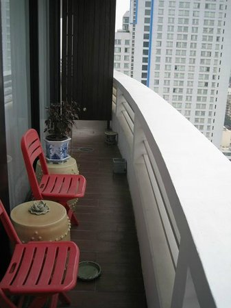 Fraser Suites Sukhumvit: Balcony ( with my own cheap chairs etc.)