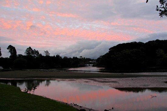 Haruru Falls Resort: Magnifique levé de soleil sur la chute, pris de notre site