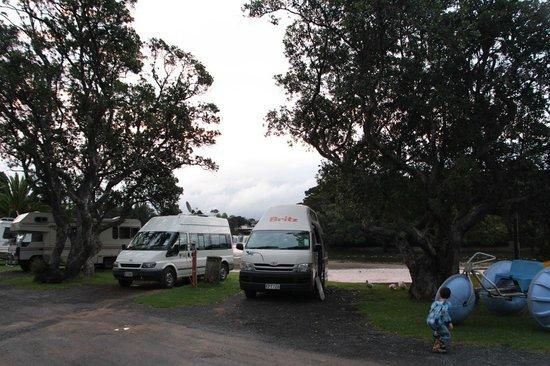 Haruru Falls Resort: Notre site sur le bord de l'eau à côté du quai