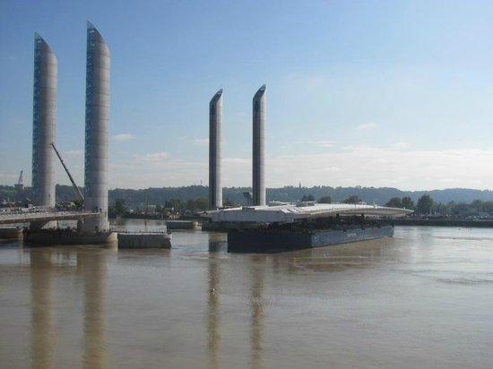 Le Pont Jacques Chaban Delmas: Arrivée du tablier 22/10/2012
