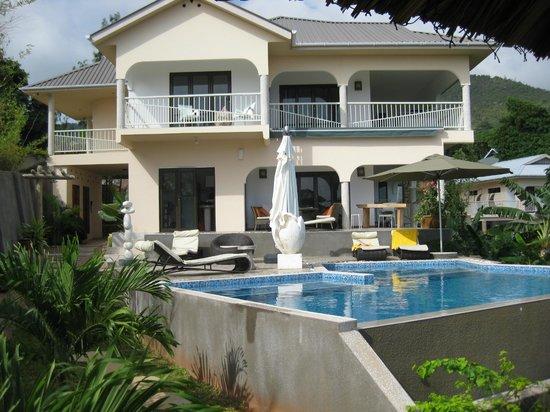 Le Duc de Praslin: Blick aus dem Gartenpavillion auf Pool und Villa