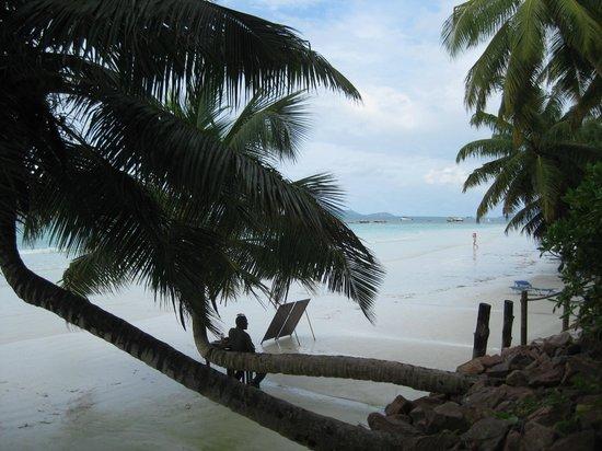Le Duc de Praslin: Strand beim Café des Arts