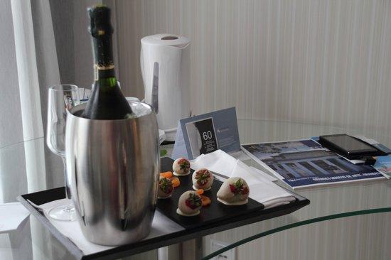 Eurostars Book Hotel : Recibimiento con fresas y chocolate con el pack Romántico.