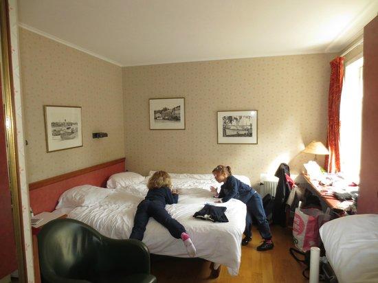 Hotell och Vandrarhem Zinkensdamm: la camera dalla porta di entrata. a destra della foto il letto a castello