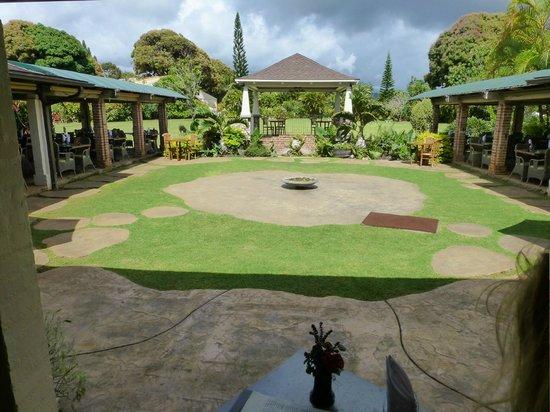 Gaylord's at Kilohana: courtyard