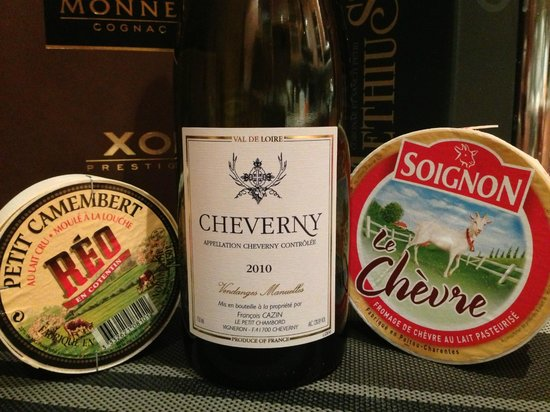 Château de Cheverny : The wine and goat cheese bought in Cheverny