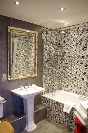 The Angel Hotel: Very clean bathroom