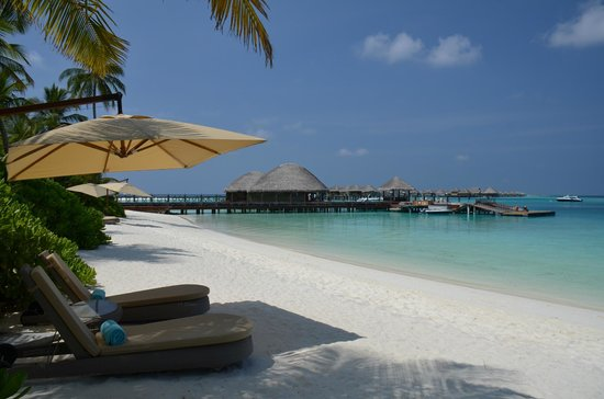 Constance Halaveli: Beach in front of our villa towards diving centre and main jetty