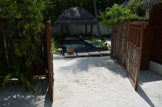 Constance Halaveli: Doorway that separates villa front and openair bathroom