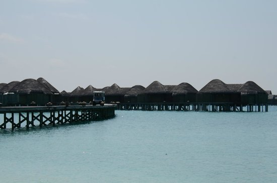 Constance Halaveli: Water villa jetty