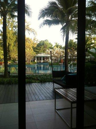 Holiday Inn Phuket Mai Khao Beach Resort: View dari Kamar langsung ke kolam renang