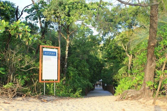 Pullman Palm Cove Sea Temple Resort & Spa : Walkway from beach to hotel