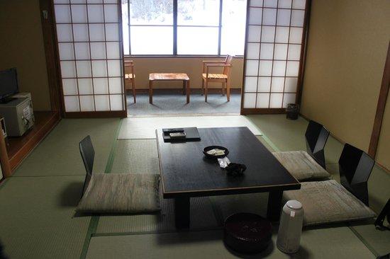 نيكو توكانسو: Japanese style room before futon beds made up