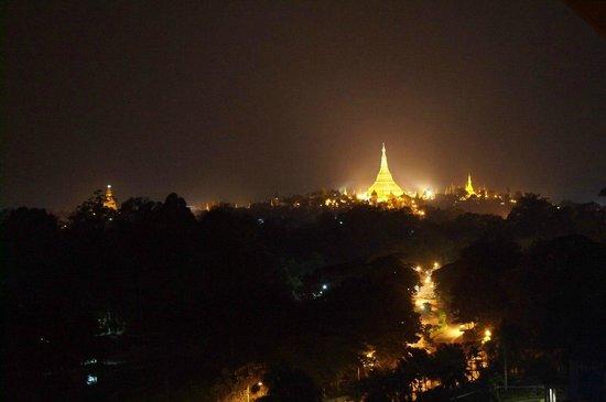Chatrium Hotel Royal Lake Yangon : ночной вид на Шведагон. Вид с 9 этажа.