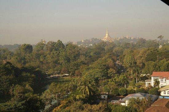 Chatrium Hotel Royal Lake Yangon: Шведагон