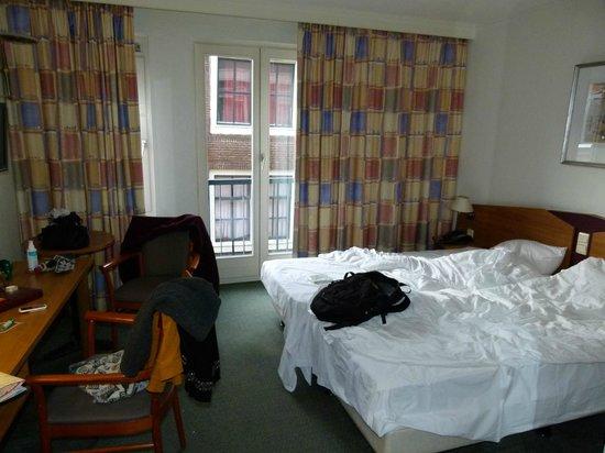 Avenue Hotel: Mis à part notre désordre, la chambre reste convenable (2 lits twins, bureau, 2 miroirs, tv, lam