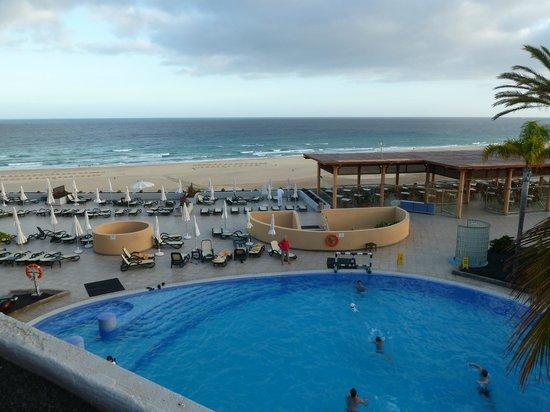 Iberostar Fuerteventura Palace: Nur durch eine Promenade vom Strand getrennt