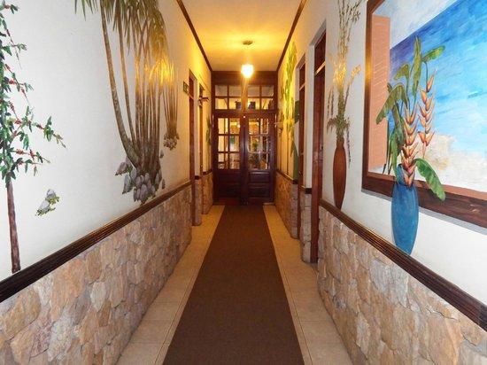 Adventure Inn : beautiful paintings in hallways