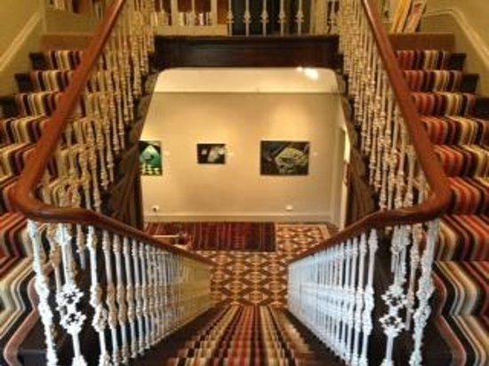 Ffin y Parc Country House: The magnificent staircase and art gallery