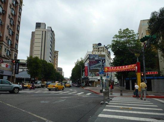 CU Hotel Taipei Branch: 夜市の通りから見たホテル