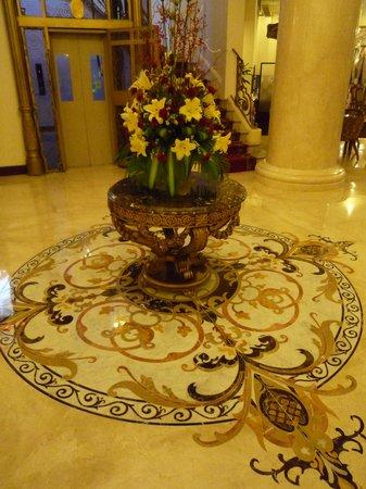 Grand Hotel Saigon: Détail marbres du hall