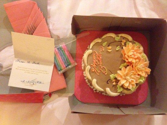 Kata Beach Resort and Spa: La torta di buon compleanno offerta dall 'hotel