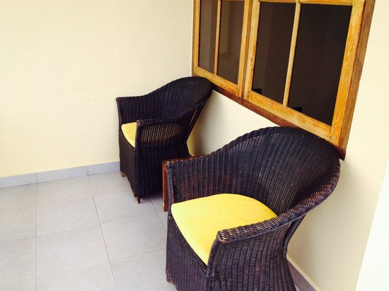 Golo Hilltop Hotel & Restaurant: Wicker chairs on the terrace