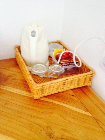 Golo Hilltop Hotel & Restaurant: Tea and water heater