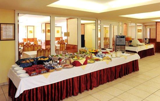 Atlas City Hotel: Buffet Breakfast