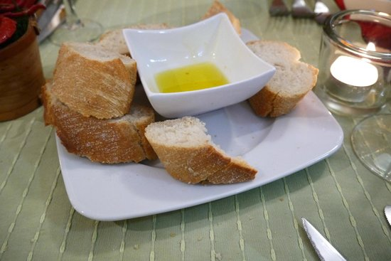 Bodeguita El Andaluz: bread and ifused flavoured extra virgin olive oil