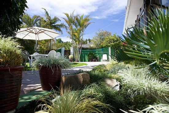 Twins Guesthouse: A garden view on a stunning sunny day