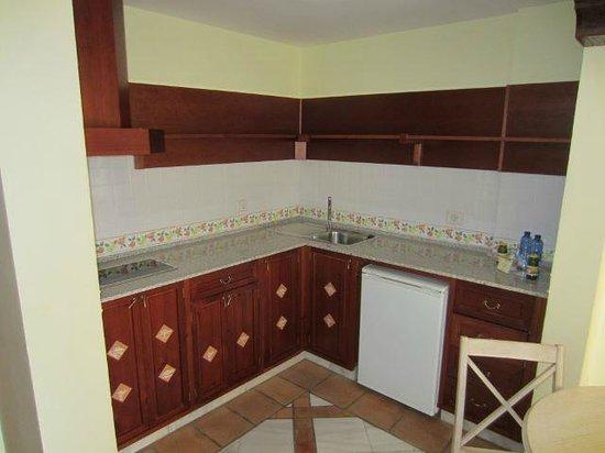 Hotel Las Aguilas: Küchenecke mit Kühlschrank usw.
