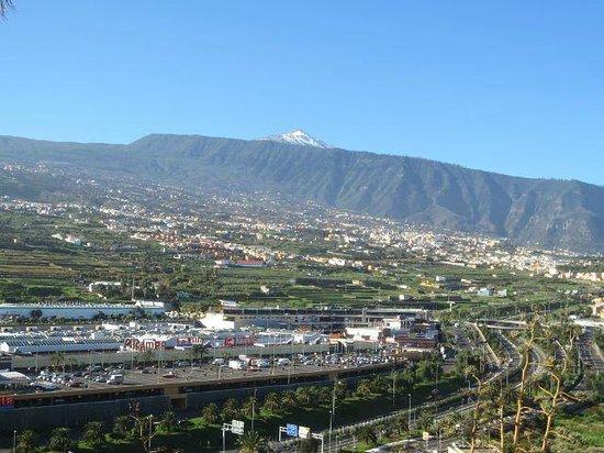 Hotel Las Aguilas : Rückseite des Hotels: Blick auf El Teide und die Autobahn