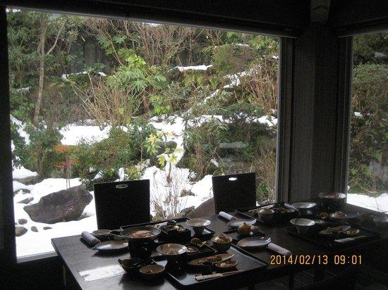Kikuya : 庭の雪景色を見ながらの朝食