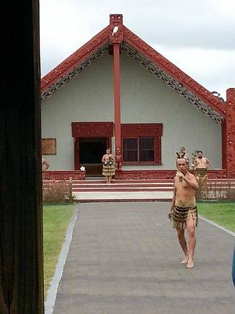 Te Puia: Маори ритуально встречают