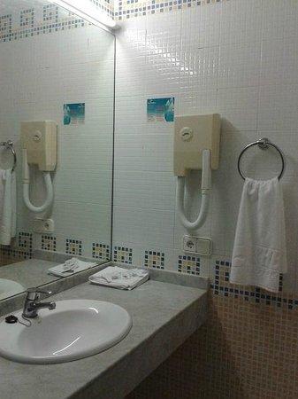 THB Tropical Island : Amplio baño.