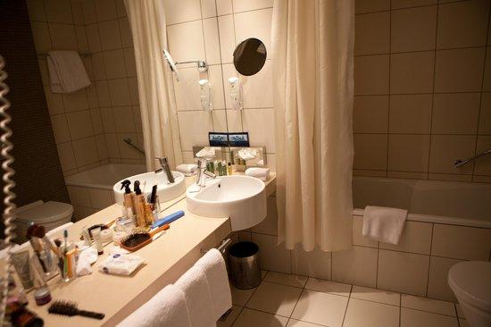 Hilton Reykjavik Nordica : Bathroom