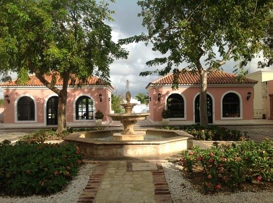Sanctuary Cap Cana by AlSol: the shops outside the lobby
